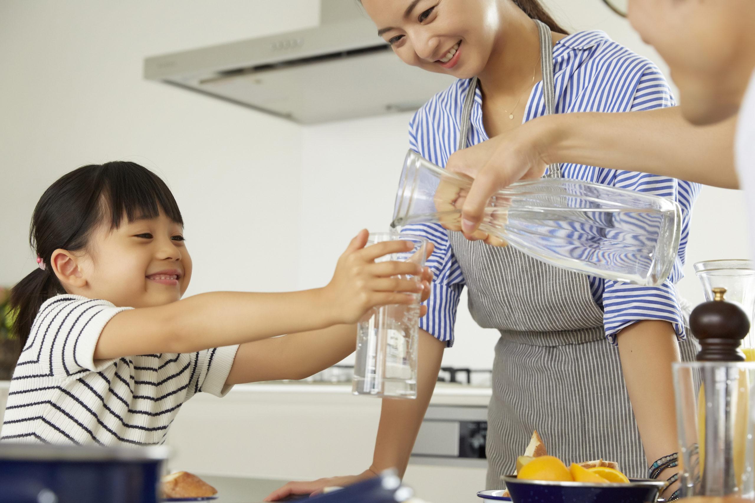 水差しを使う家族